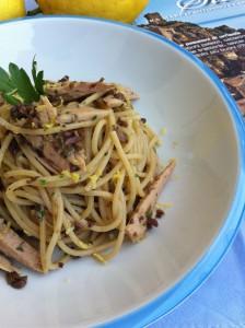 Spaghetti integrali con capperi olive taggiasche e tonno