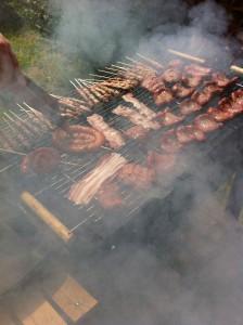 griglia con carna fumante