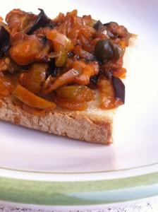 Crostini con caponata siciliana
